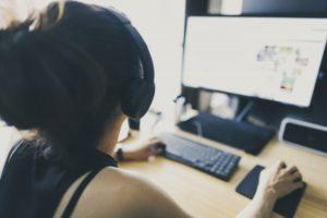 パソコンの画面を見ている女性