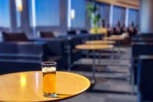 空港ラウンジとビール